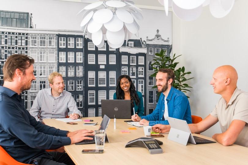 DirectResearch, ons team aan tafel, onderzoek en consultants in overleg